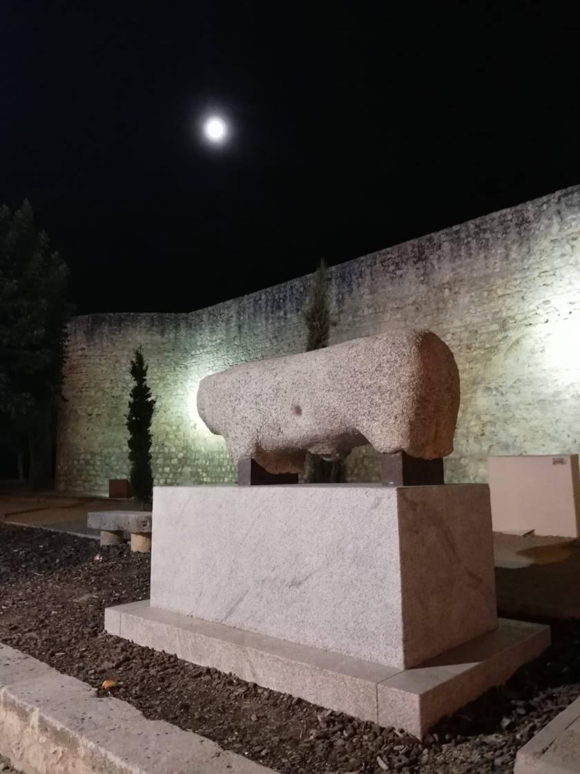 El toro de piedra, en su ubicación actual, ante el Alcázar.
